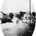 10. Typické štíty zdobily obě strany Dlouhé ulice. Dům vpravo bude přestavěn v roce 1940. (Autor fotografie A. Tauchym, sbírka Hornické muzeum Rudolfov).