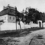 18. Ze třicátých let je fotografie zámečku coby divizní zbrojnice. Objekt u silnice je bývalá konírna, na snímku vidíme okna vojenských světnic. (Autor fotografie neznámý, sbírka Jan Řehovský).