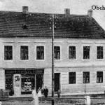 32. V roce 1926 koupil dům Jakub Dobal, který z bytu vlevo dole zřídil chvalně známou Dobalovu pekárnu. Pro Rudolfov byl jeho podnik požehnáním. Pečivo rozvážel krom širokého okolí až do Českého Krumlova a na Kaplicko. Za domem vyrostla nová dominanta okolí, pekárenský komín. (Autor fotografie neznámý, sbírka Hornické muzeum Rudolfov).