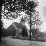 56. Pohled na kostel a hřbitov od východu. Původní hřbitovní zeď a stará brána před rozšířením, rekonstrukcí a vybudováním kolumbária v roce 1959. (Autor fotografie a sbírka Rudolf Zábranský).