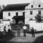 74. Rodina hospodařícího nájemníka pana Rybáka před mlýnem ve třicátých letech. (Autor fotografie neznámý, sbírka Stanislava Kotásková).