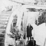 75. Vzácná fotografie. Mlecí kameny pohánělo velké vodní kolo s horním náhonem od Královského rybníka. Obojí je dávno minulostí. (Autor fotografie neznámý, sbírka Adolf Valenta).